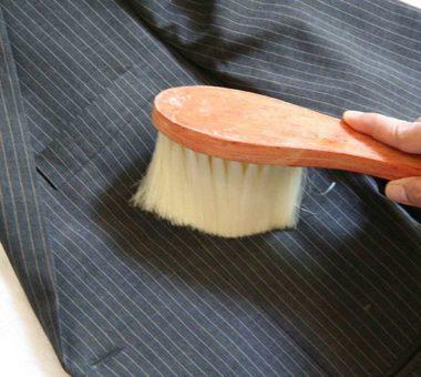 Как почистить пиджак без стирки от пота и грязи