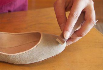 Как самостоятельно почистить замшевые туфли от грязи и пятен