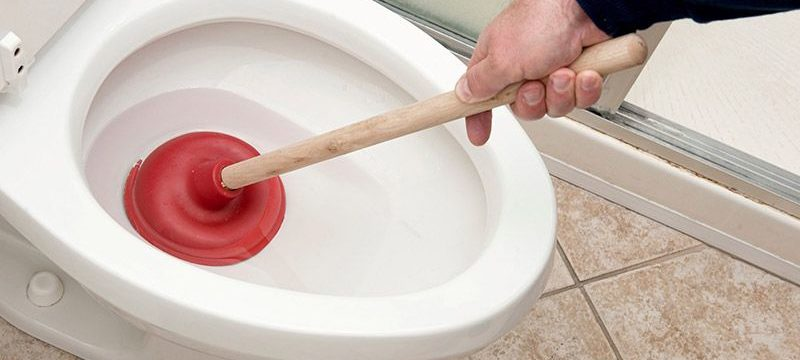 Как самостоятельно прочистить засор в унитазе