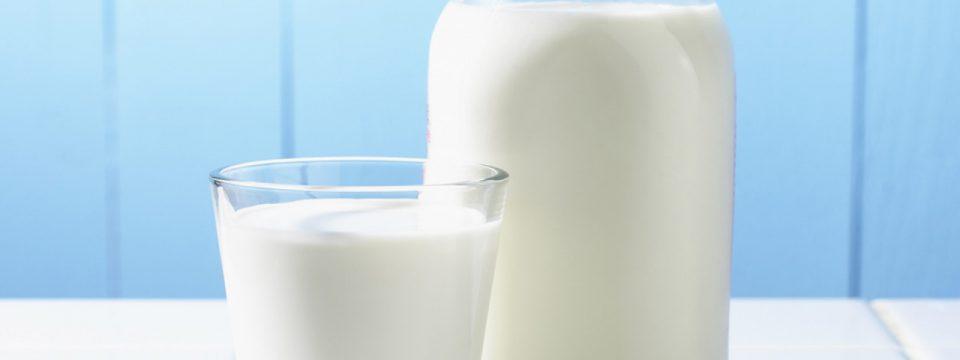 Можно ли заморозить молоко для хранения: правила и советы