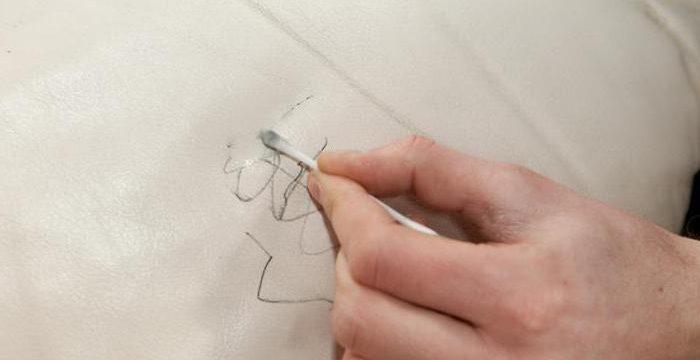 Как удалить пятна от ручки с кожаного дивана: все способы