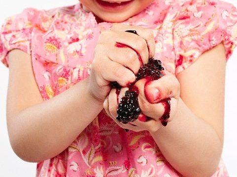 Как и чем отстирать пятна от ягод: простые способы