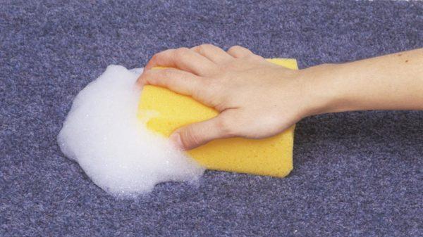Мыльный раствор удаляет пластилин