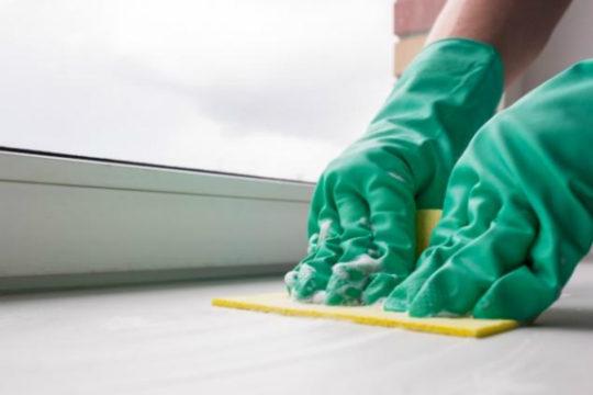 Помыть подоконник после ремонта