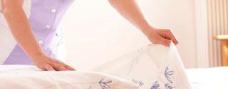 женщина меняет постельное белье