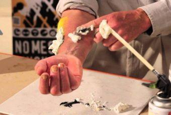 Простые и проверенные средства для очистки рук от монтажной пены дома