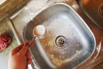 Простой способ очистки раковины с помощью муки