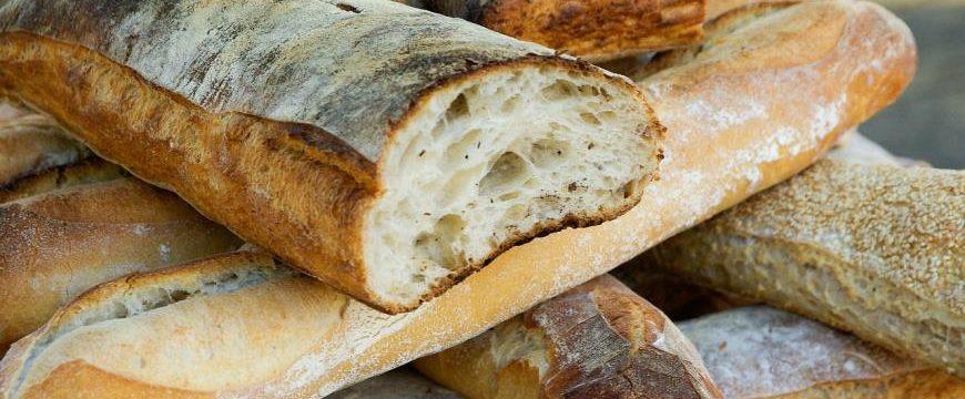 Как за 1 минуту размягчить черствый хлеб в микроволновке или духовке