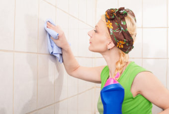 Примените эти средства и плитка в ванной снова будет, как новая