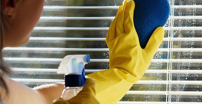 Как за 4 минуты отмыть алюминиевые жалюзи, не снимая с окон?