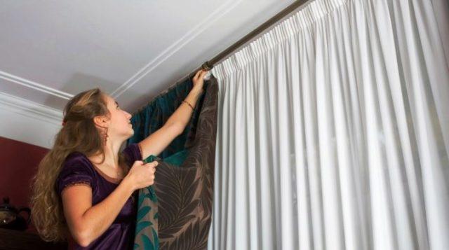 Как правильно стирать шторы в стиральной машине, вручную? Как стирать рулонные шторы, римские, с люверсами, нитяные, из полиэстера, органзы, капроновые, льняные, атласные, бархатные?
