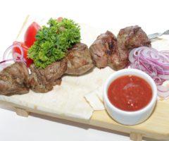 Как замариновать свиной шашлык, чтобы мясо было мягким и сочным