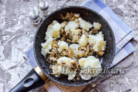 капуста и грибы на сковороде