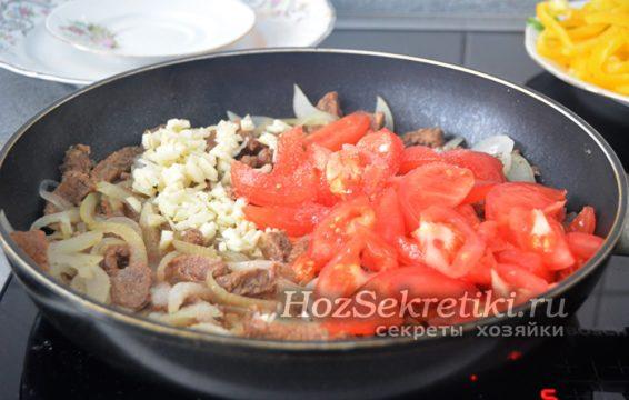 добавить чеснок, помидоры, немного воды