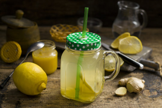 напиток с имбирем, лимоном и медом