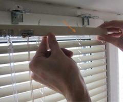 Как снять жалюзи с окна для стирки, чтобы не сломать крепления