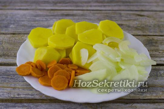 картофель, лук, морковь порезать