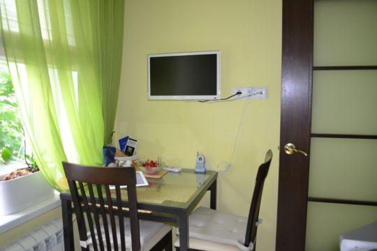 небольшой телевизор в интерьере кухни