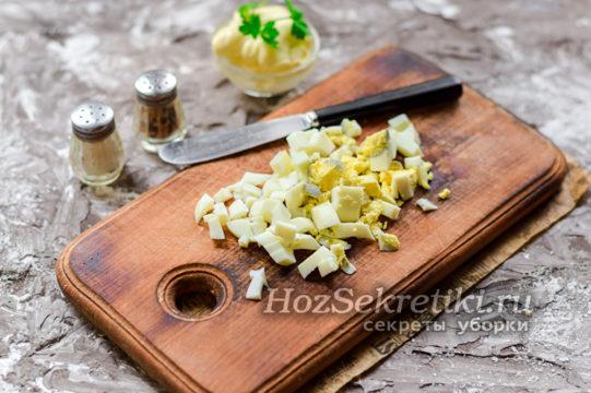 отварить яйца и нарезать кубиками