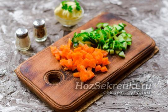 Морковь и огурцы нужно порезать кубиками