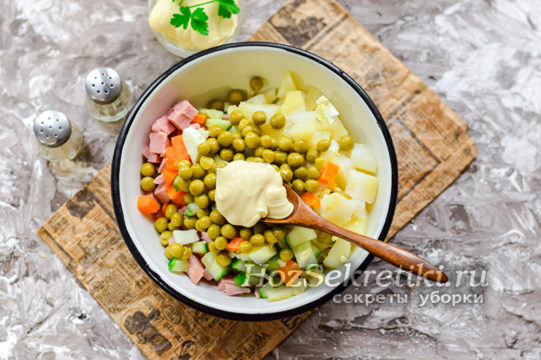 Смещать все компоненты салата в миске