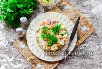 """Классический салат """"Оливье"""" с колбасой и свежим огурцом"""
