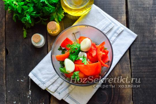 овощи и зелень сложить в чашу блендера