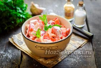 """Салат """"Красное море"""" с крабовыми палочками и помидорами"""