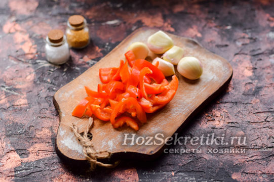 почистить перец и чеснок