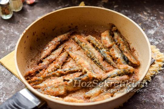 обжарить рыбу на сковороде