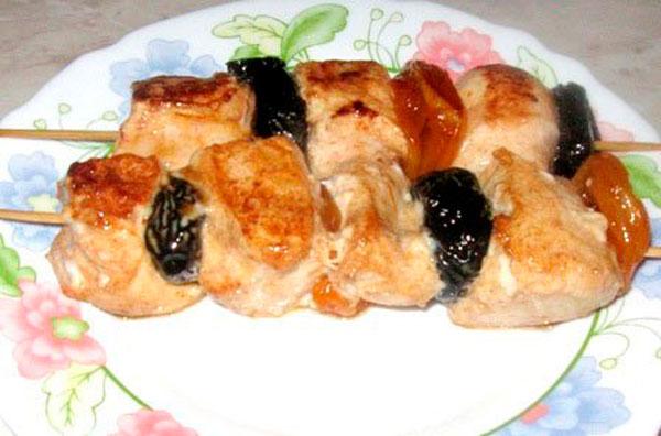 Шашлык с сухофруктами в красном маринаде