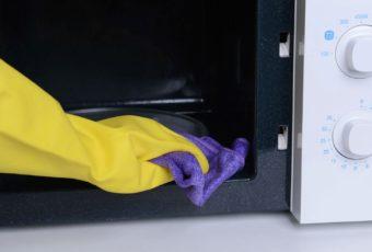 Способы, помогающие быстро почистить микроволновку от жира