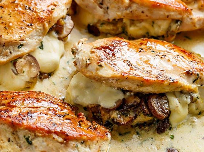Цыпленок с воздушным картофелем и грибным ассорти