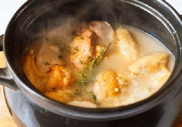 В полученный соус выкладываем все овощи и мясо