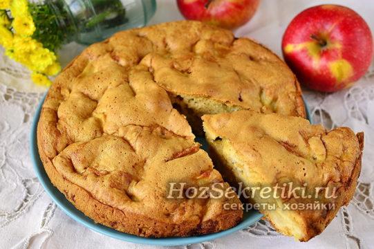 ленивая шарлотка с яблоками готова