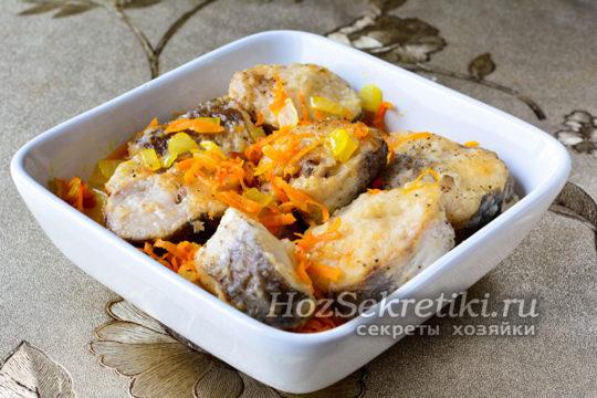 выложить рыбу и овощи в форму