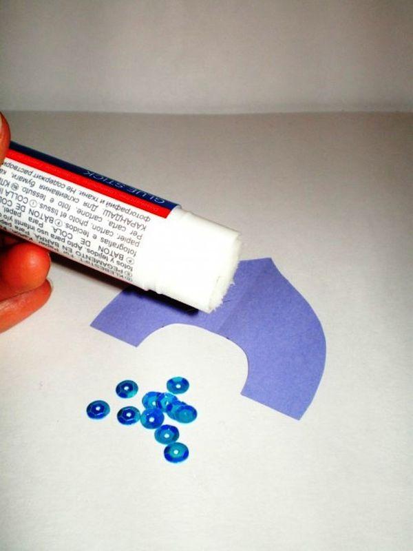 Из цветной бумаги вырезаем кокошник