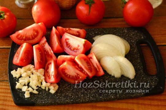 помидоры, лук и чеснок нарезать