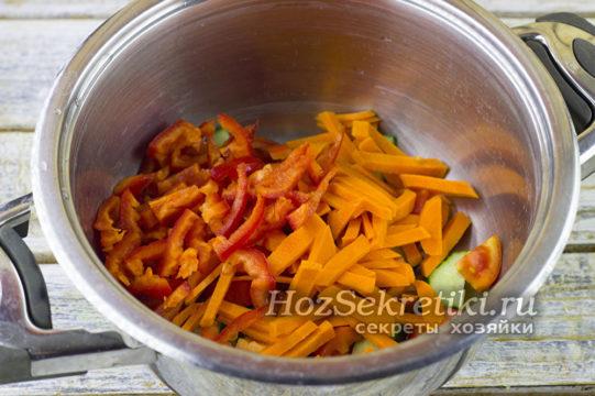 морковь и перец нарезать соломкой