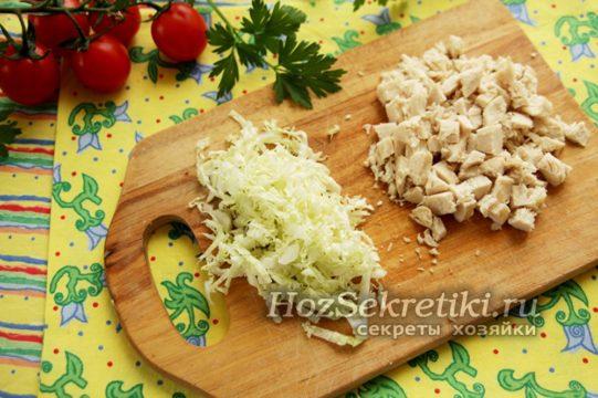 капусту и филе нарезать