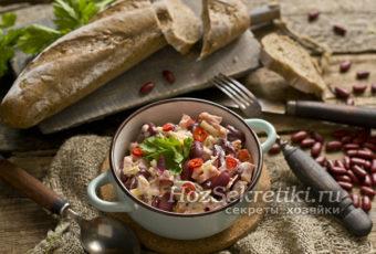 """Быстрый и сытный салат """"Обжорка"""" с фасолью и копченой колбасой"""