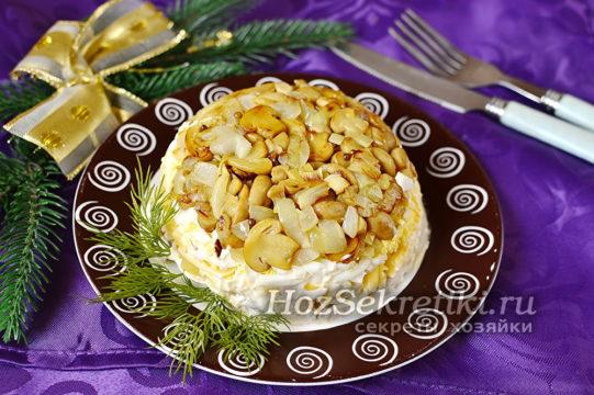 салат с курицей, ананасами и сыром