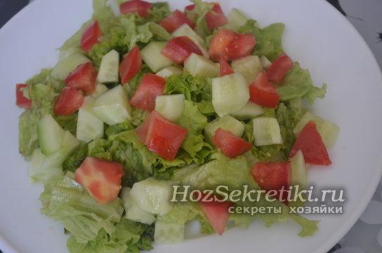 огурец и помидор нарезать кубиками