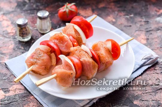 нанизать мясо и овощи на шпажки
