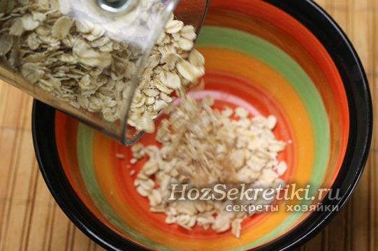 насыпать овсянку в миску