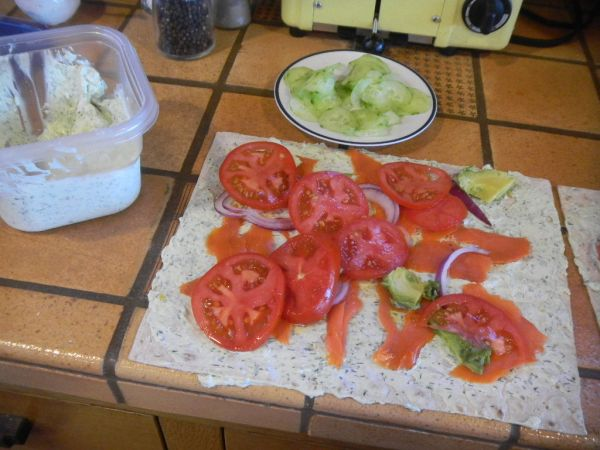 Выкладываем ингредиенты на лаваш