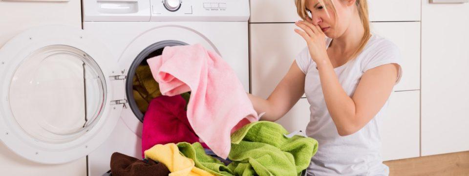 Как избавиться от затхлого запаха одежды: эффективные способы, применение народных методов и использование бытовой химии