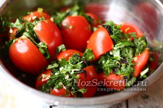 помидоры уложить в миску