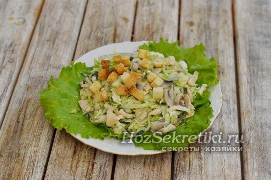 выложить салат на тарелку, украсить сухариками
