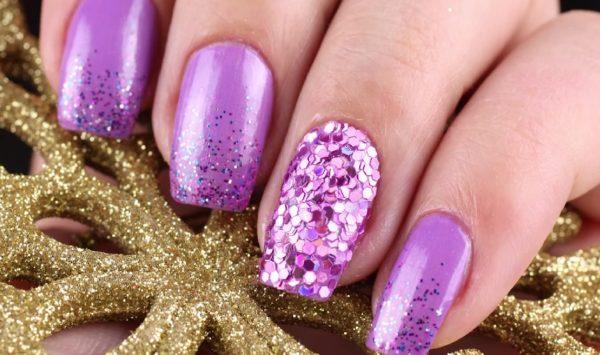 Блестки в новогоднем дизайне ногтей